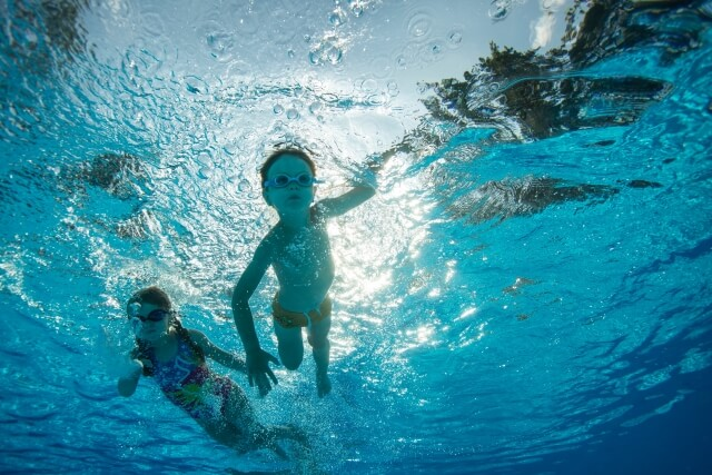 背泳ぎ、平泳ぎはどれくらいで泳...